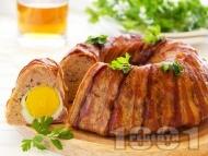 Рецепта Месно руло Стефани от кайма и бекон в кръгла форма за кекс с плънка от варени яйца (без кисели краставички и моркови)